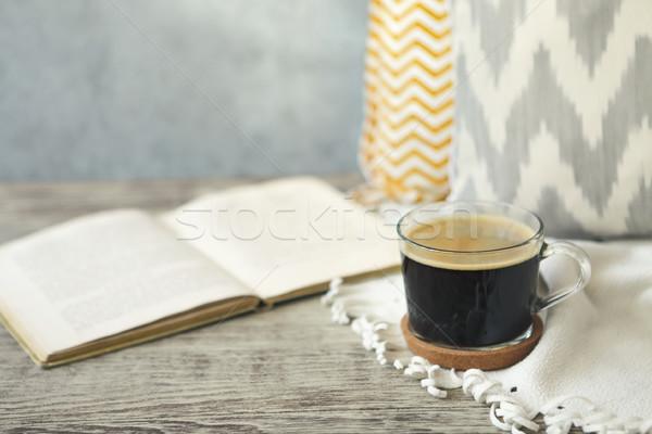 Beker koffie boek houten tafel goedemorgen hout Stockfoto © dashapetrenko