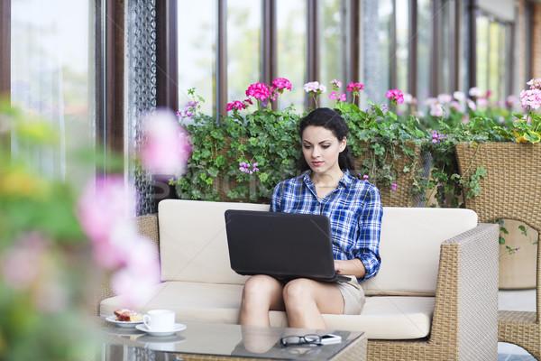Mooie jonge freelancer vrouw met behulp van laptop computer Stockfoto © dashapetrenko