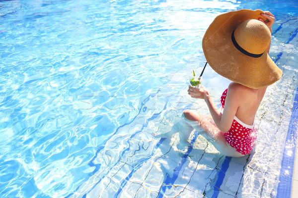 Jeune femme verre limonade piscine femme main Photo stock © dashapetrenko