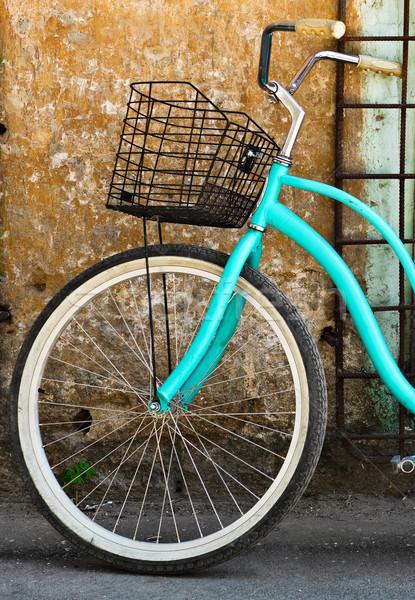 Vintage vélo panier vieille maison ville porte Photo stock © dashapetrenko