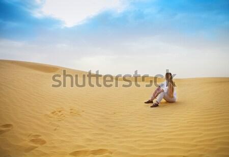 Belleza rubio mujer caminando sáhara desierto Foto stock © dashapetrenko