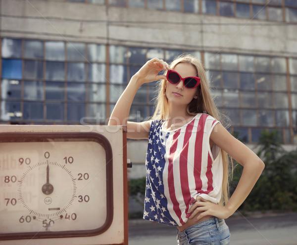 Endommagé station d'essence blond fille mains verres Photo stock © dashapetrenko