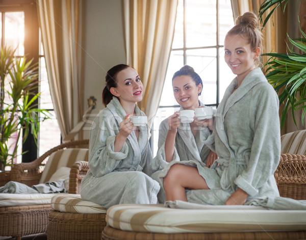 Tres feliz mujeres potable té spa Foto stock © dashapetrenko