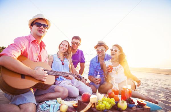 Stock foto: Freunde · Sitzung · Strand · Kreis · ein · Mann