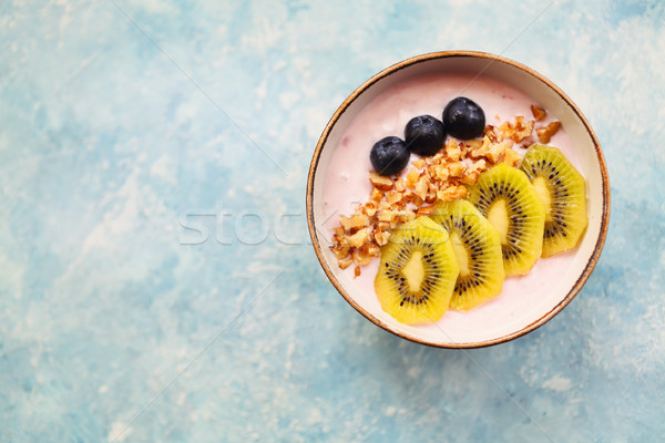 Tasse granola yogourt fruits fond bleu Photo stock © dashapetrenko