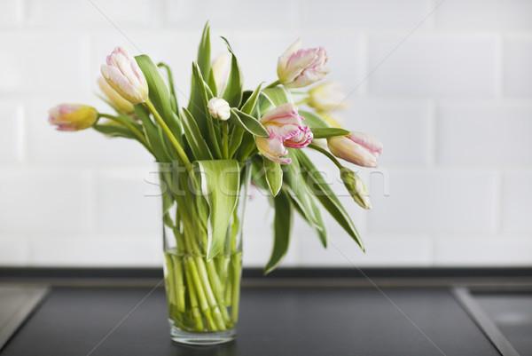 Rosa tulipanes ramo vidrio jarrón cocina Foto stock © dashapetrenko