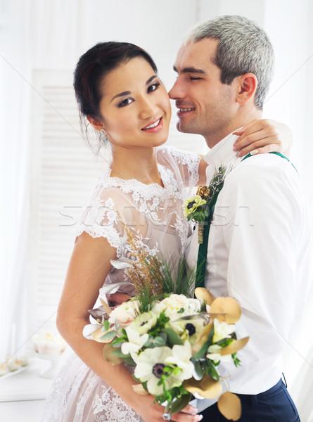 Vrolijk echtpaar permanente witte kamer bloemen Stockfoto © dashapetrenko