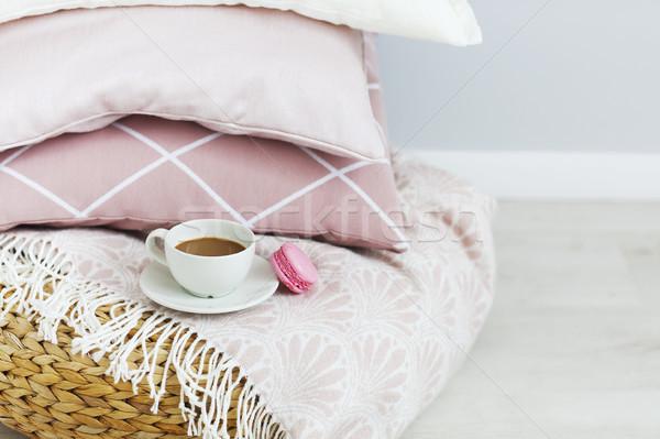 Rose blanche oreillers tasse café mur Photo stock © dashapetrenko