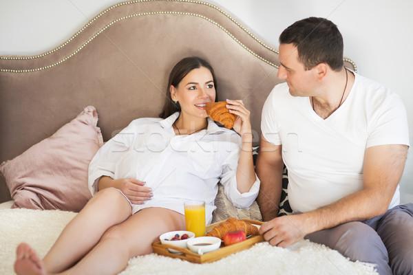 Mulher grávida homem café da manhã suco de laranja bebê amor Foto stock © dashapetrenko