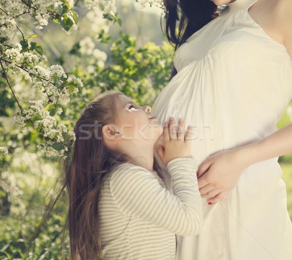 Feliz grávida mãe pequeno filha primavera Foto stock © dashapetrenko