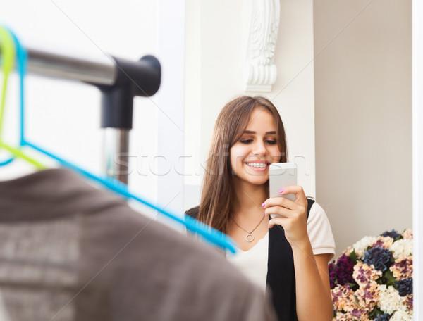 Genç kız fotoğraf hareketli kamera alışveriş Stok fotoğraf © dashapetrenko