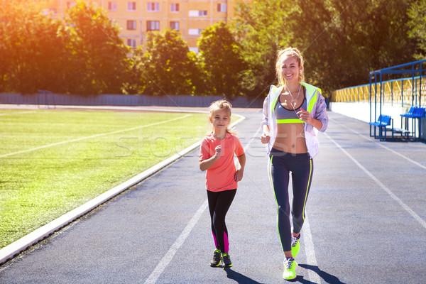 Mãe pequeno filha exercer estádio família Foto stock © dashapetrenko