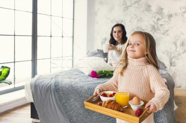 Pequeno menina bandeja café da manhã mães Foto stock © dashapetrenko