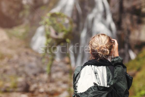 Nő turista fotós elvesz fotó vízesés Stock fotó © dashapetrenko