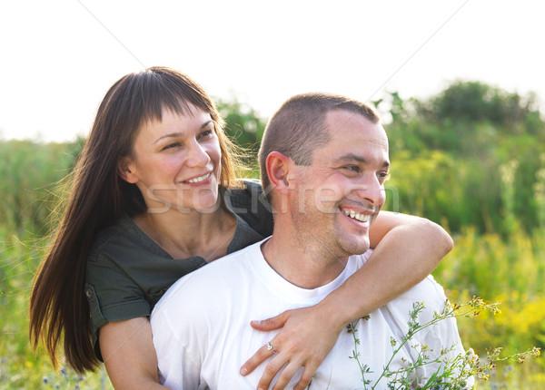Foto stock: Feliz · jóvenes · sonriendo · Pareja · flores · aire · libre