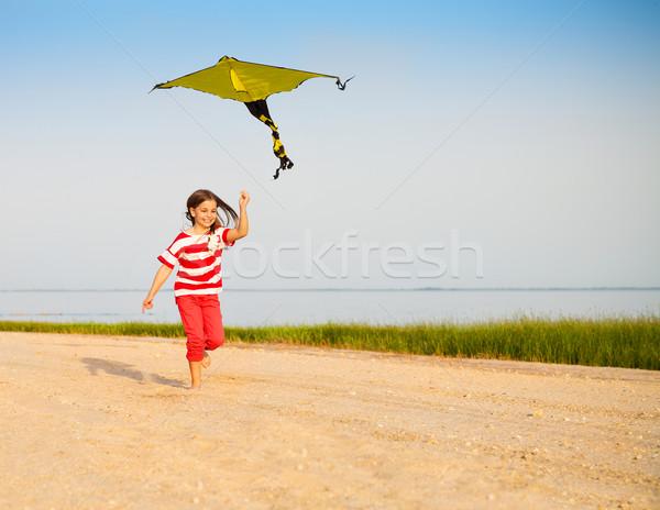 Weinig lopen meisje vliegen Kite strand Stockfoto © dashapetrenko