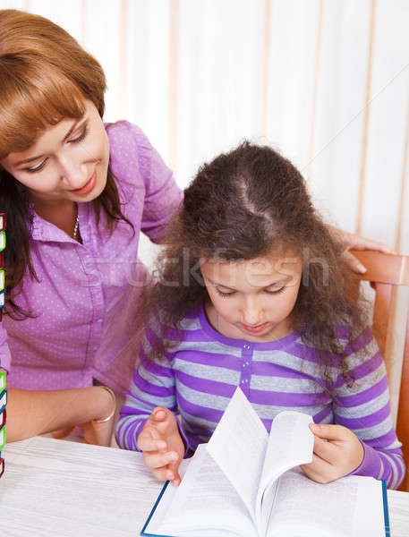 Petite fille mère lecture livre famille enfant Photo stock © dashapetrenko