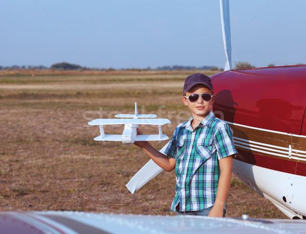 Weinig jongen piloot handgemaakt vliegtuig luchthaven Stockfoto © dashapetrenko