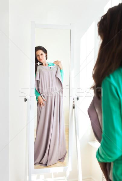 Fille vêtements salle d'exposition jeune fille miroir Photo stock © dashapetrenko