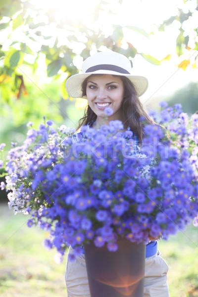 Nő virágárus virágcsokor virágok vödör kint Stock fotó © dashapetrenko