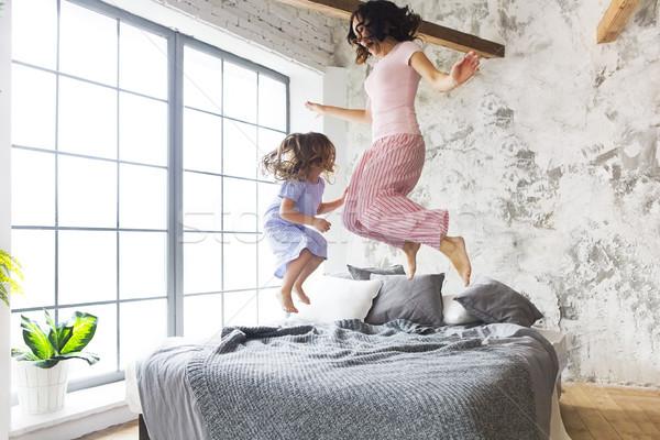 Foto stock: Família · diversão · mãe · filha · saltando · cama