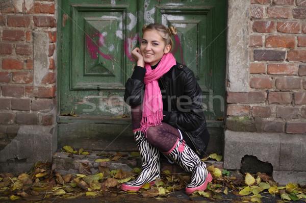 Meisje deur glimlachend belachelijk oude huis Stockfoto © dashapetrenko
