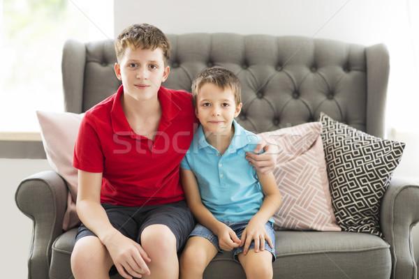 Ouder broer sofa gelukkig Stockfoto © dashapetrenko