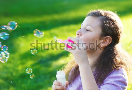Mooie jonge brunette meisje zeepbellen Stockfoto © dashapetrenko