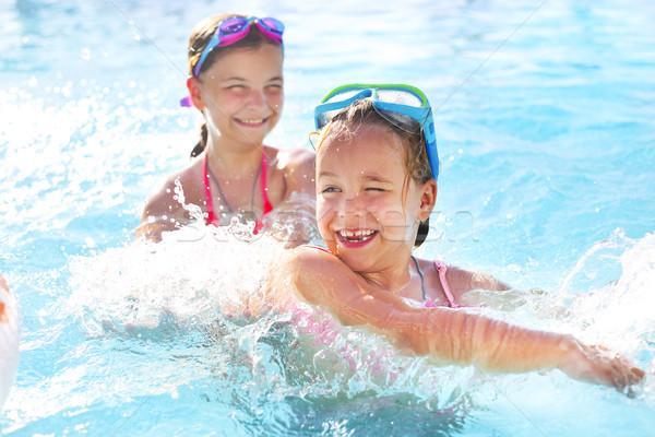Foto stock: Dois · bonitinho · meninas · jogar · piscina · férias · de · verão