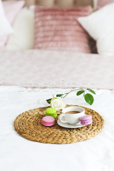 Moderna dormitorio taza café almohadas Foto stock © dashapetrenko
