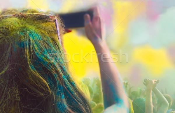 Nő elvesz fotó mobiltelefon szín fesztivál Stock fotó © dashapetrenko