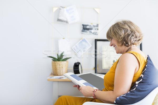 Olgun kadın okuma kitap oturma odası ev arka plan Stok fotoğraf © dashapetrenko