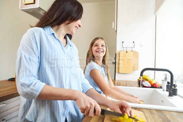Mutlu anne kız pişirme meyve salatası ev Stok fotoğraf © dashapetrenko