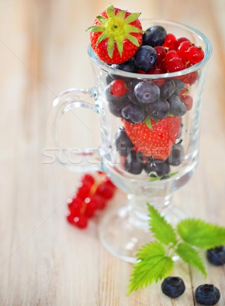 Delicioso fresco frutas vidro copo mesa de madeira Foto stock © dashapetrenko