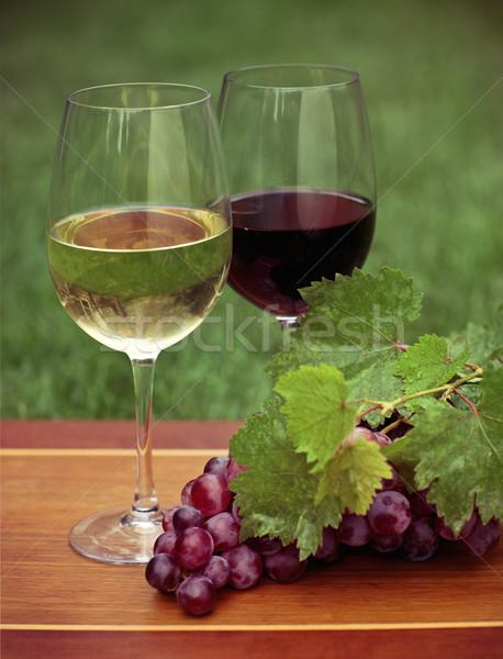 Foto stock: Uno · vidrio · vino · blanco · vino · tinto · uvas · hojas · verdes
