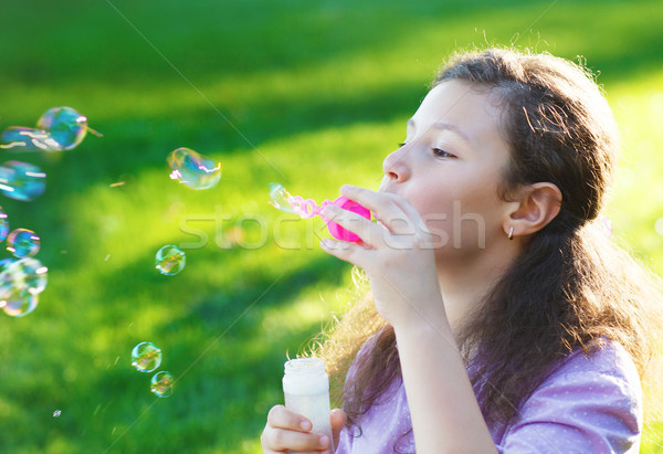 Peu cute fille bulles de savon extérieur Photo stock © dashapetrenko