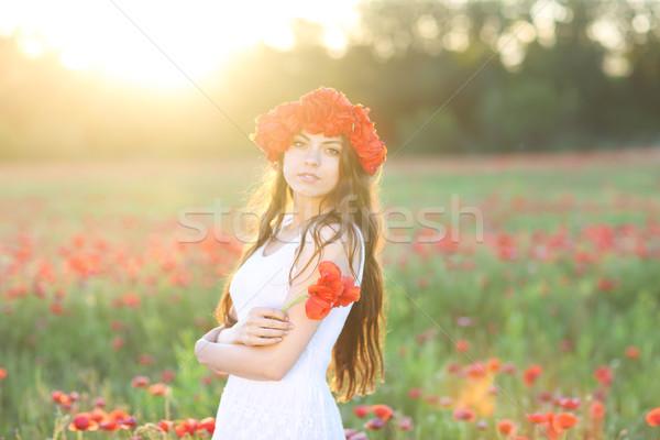Jovem feliz mulher papoula campo sorrindo Foto stock © dashapetrenko