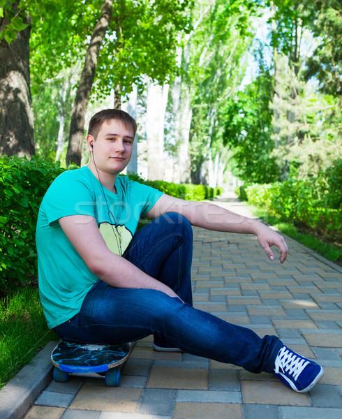 скейтбордист сидят скейтборде Skate парка город Сток-фото © dashapetrenko