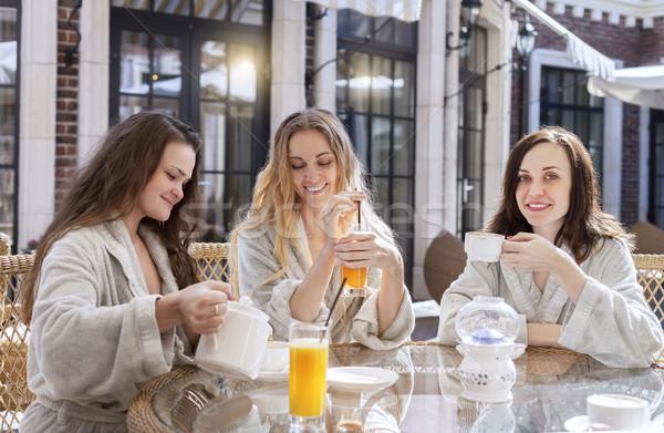 Trois jeunes femmes potable thé spa Resort Photo stock © dashapetrenko
