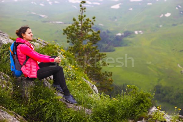 Escursionista zaino rilassante top montagna Foto d'archivio © dashapetrenko