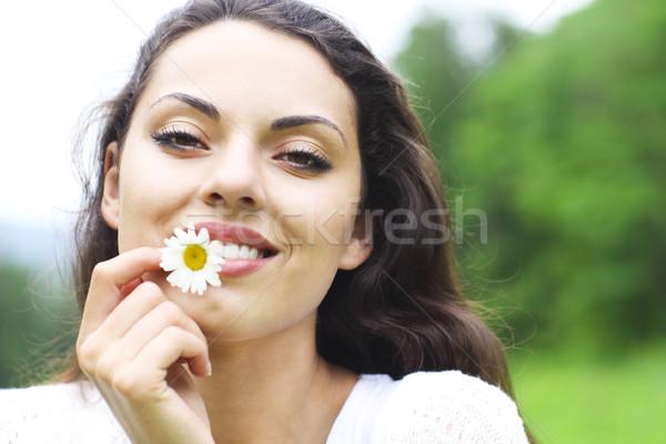 Felice bella bruna donna camomilla campo Foto d'archivio © dashapetrenko