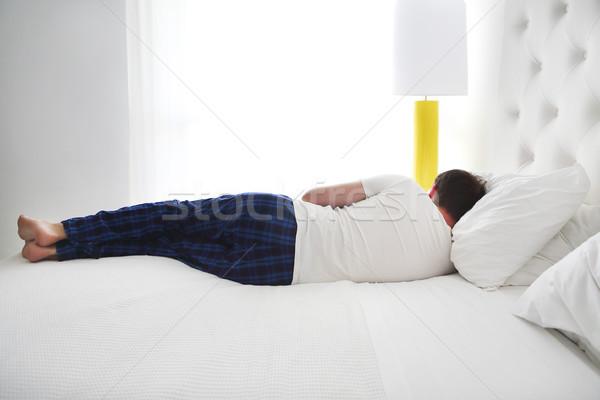 Сток-фото: молодым · человеком · спальный · кровать · комнату · вид · сзади · счастливым