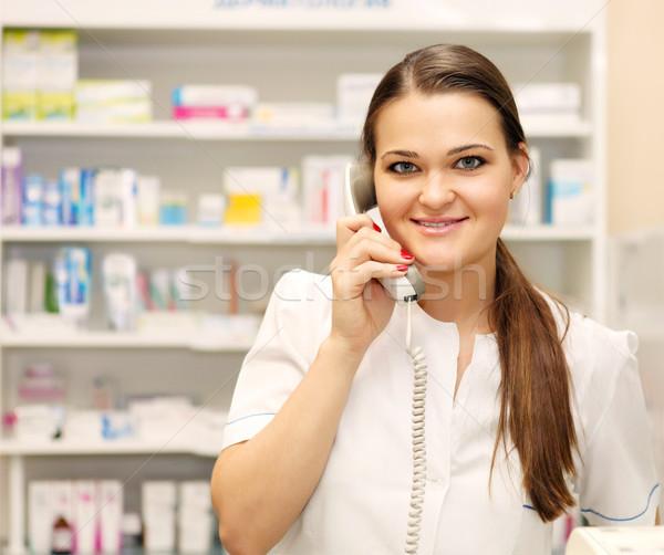 Uśmiechnięty kobiet farmaceuta telefonu apteka portret Zdjęcia stock © dashapetrenko