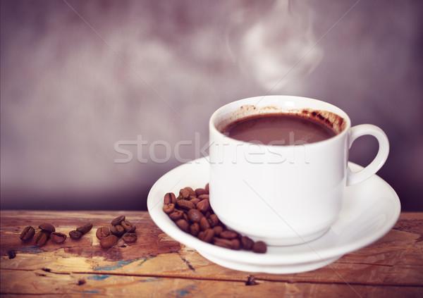 Tasse de café grains de café table en bois sombre rustique café Photo stock © dashapetrenko