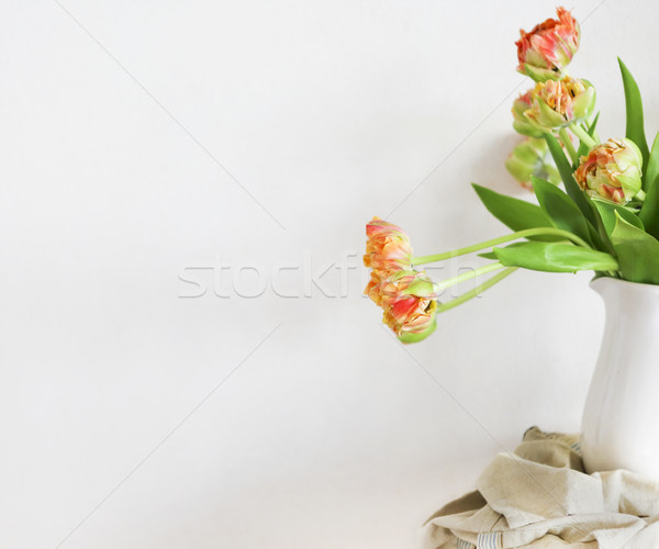 Tulipes bouquet blanche vase bois rustique Photo stock © dashapetrenko