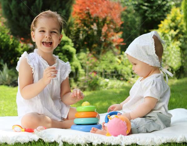 Dos pequeño hermanas verano jardín jugando Foto stock © dashapetrenko