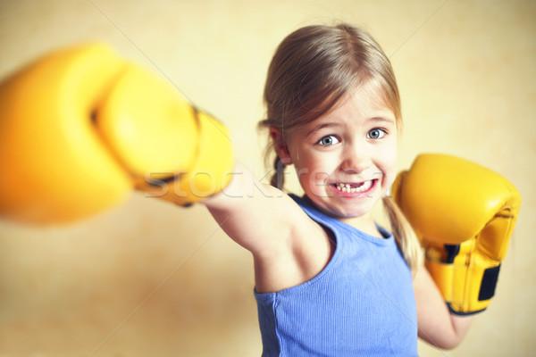 Stock foto: Kleines · Mädchen · gelb · Boxhandschuhe · Wand · Mädchen · Macht
