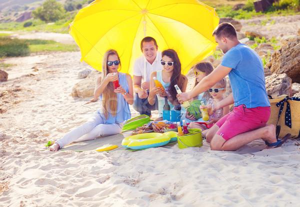 Amis séance sable plage été pique-nique Photo stock © dashapetrenko