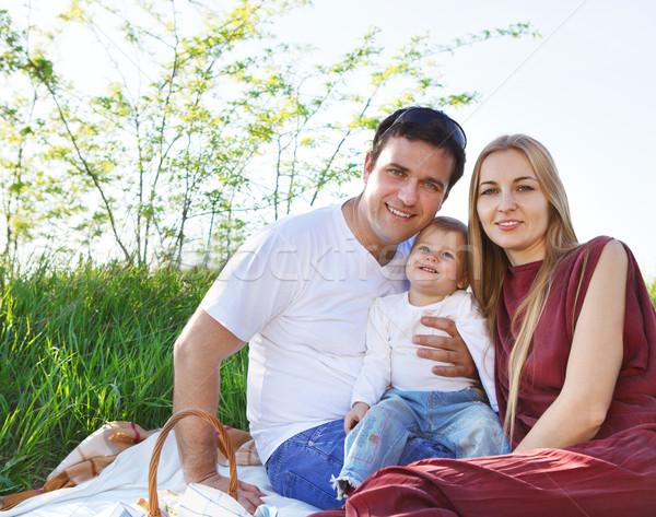 Heureux jeunes famille printemps pique-nique extérieur Photo stock © dashapetrenko