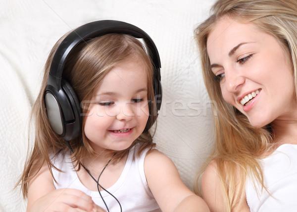 Mère fille écouter musique ensemble femme Photo stock © dashapetrenko